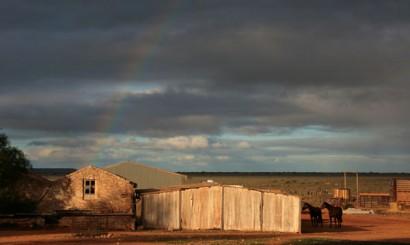 """Gospodarstwo zajmuje obszar o powierzchni ok. 100 na 150 km. Dom, """"szkolny barak"""", kilka szop i wiat – to całość zabudowań na tym terenie. Przez większą część roku mieszka tu jedynie 6 osób."""