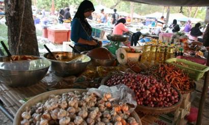 Targ – najlepszy, a często jedyny sposób na zakup świeżych warzyw, a także niesamowitych i niesamowicie tanich lokalnych dań.