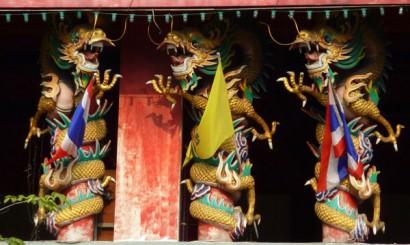 Wesołe smoki zdobiące jedną z chińskich świątyń Chinatown.